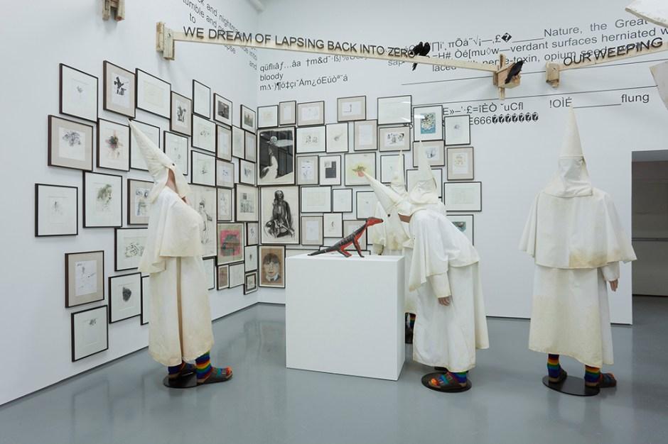 Arşivden Eserler, 1971–2013 ve KKK mankenleri 79 adet kâğıt üzerine karışık teknik Değişken boyutlar © Jake & Dinos Chapman DHC/ART Foundation for Contemporary Art izniyle Fotoğraf: Richard-Max Tremblay