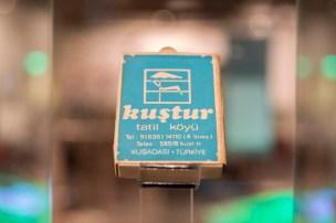 Yazar Mahmut Özay tarafından Kuşadası için tasarlanması önerilen bir kibrit kutusu örneği, Özer Türk Arşivi İşveren Sergisi, SALT Galata, 2017 Fotoğraf: Mustafa Hazneci
