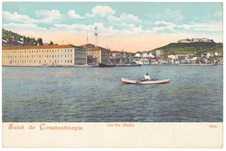 1890'ların bir kartpostalında Mekteb-i Bahriye-i Hümayun ve camii, vapur iskelesi ve uzaklarda İlahiyat Okulu'nun 1894 depreminden evvelki binaları.