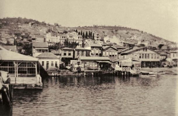 20. yüzyıl başlarında sahil doldurulmadan evvel vapur iskelesinden Heybeli'nin görünüşü. Solda Débarcadère