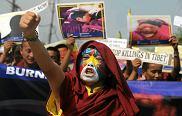 Mieszkający w Indiach mnisi tybetańscy oraz członkowie Kongresu Młodzieży Tybetańskiej protestują przeciwko chińskiej<br /> polityce w Tybecie. Śiliguri, 3 listopada 2011