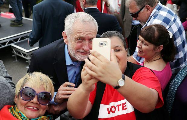 Lider laburzystów Jeremy Corbyn pozuje do zdjęcia podczas spotkania z wyborcami w Reading
