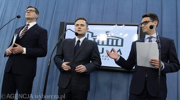 Adam Rogacki, Adam Hofman i Mariusz Antoni Kamiński podczas konferencji ws.