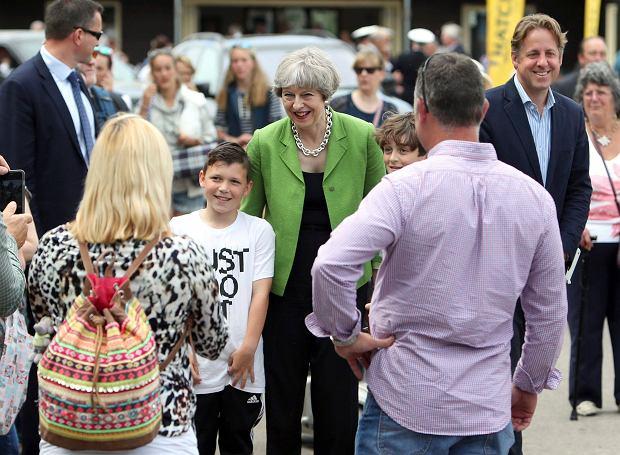 Premier Theresa May (w środku) odwiedziła w ostatnim dniu maja The Royal Bath and West Show niedaleko Shepton Mallet (w Somerset)