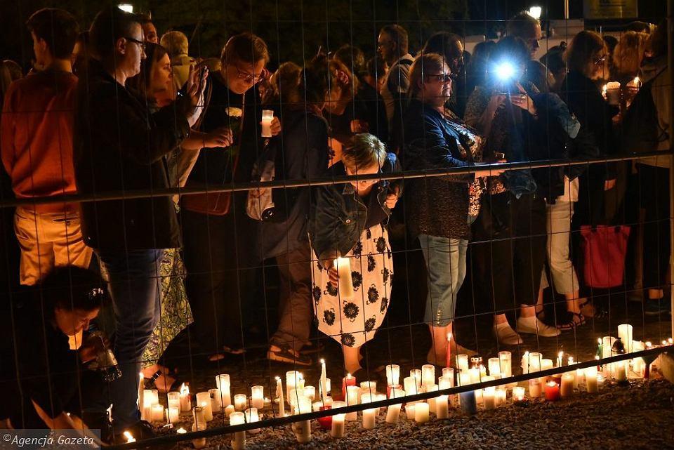 Łańcuch Światła pod budynkiem Sądu Najwyższego w Warszawie