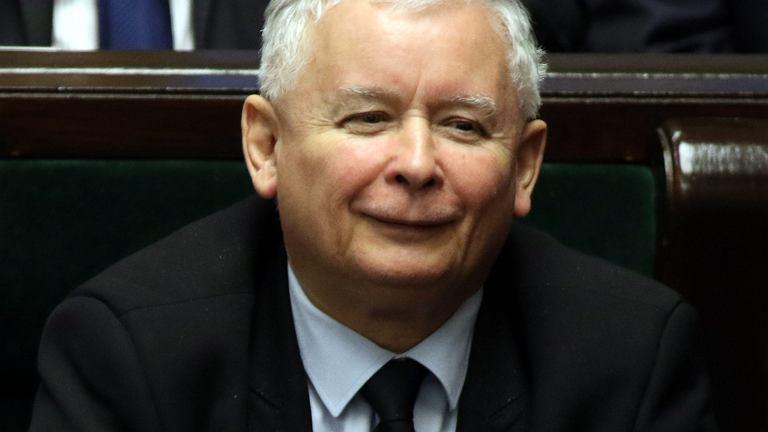 Jarosław Kaczyński z taką miną słucha przemówień o 'końcu demokracji'