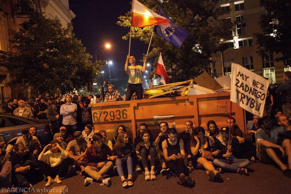 Blokada ulicy Wiejskiej - barykada z kontenera na śmieci