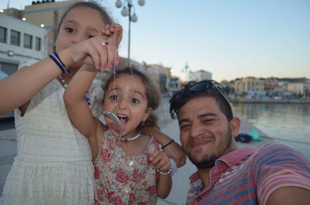 Córki Tahy: Sidra (wyższa) i Sama (udaje rybę łapiącą przynętę). Po prawej Omar Ali Mahoud - przyjaciel rodziny, wolontariusz, uchodźca, fotograf.