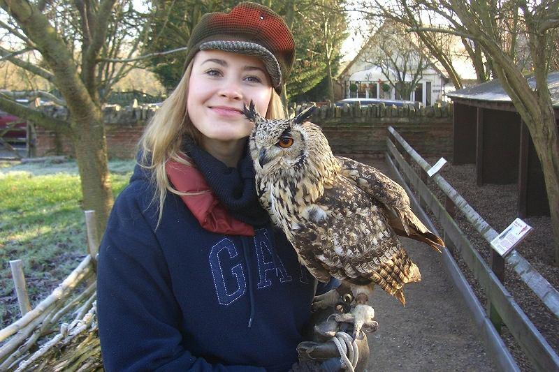 Joanna Bagniewska z puchaczem podczas kursu sokolnictwa w Stratford-upon-Avon