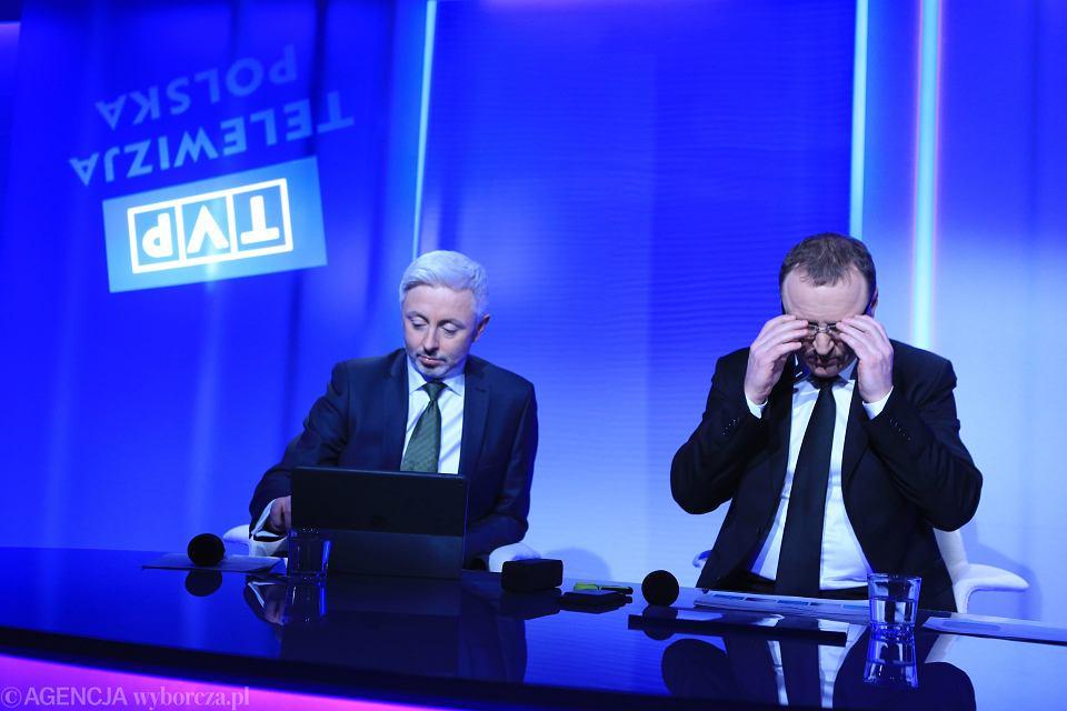 Czlonek Zarzadu Maciej Stanecki i prezes telewizji publicznej Jacek Kurski podczas konferencji prasowej dotyczacej podsumowania rocznej pracy zarzadu TVP SA