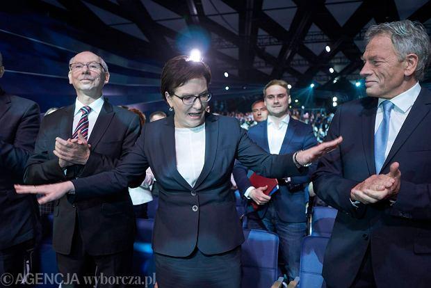 Janusz Lewandowski, szefowa PO Ewa Kopacz i Dariusz Rosati podczas konwencji programowej PO w Poznaniu (12 września 2015 r.).  Ciekawe propozycje zmian w systemie podatkowym i na rynku pracy zostały fatalnie przedstawione