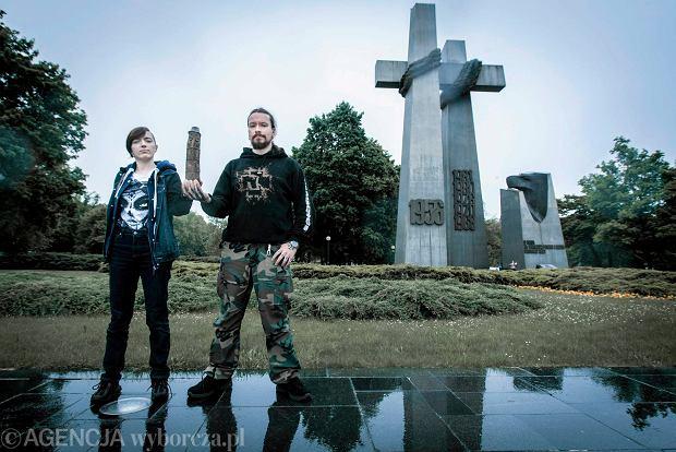 Rodzimowiercy Anastazja i Robert na tle poznańskich krzyży na pl. Adama Mickiewicza