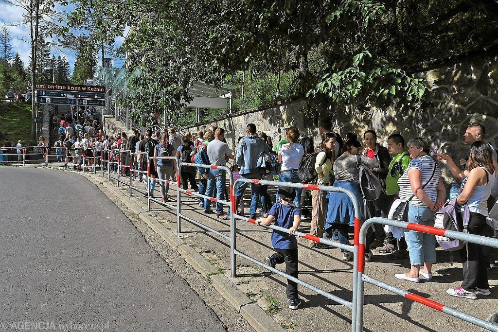 Długi weekend pod Tatrami - kolejka do kasy kolei linowej na Kasprowy Wierch (fot. Marek Podmokły / Agencja Gazeta)