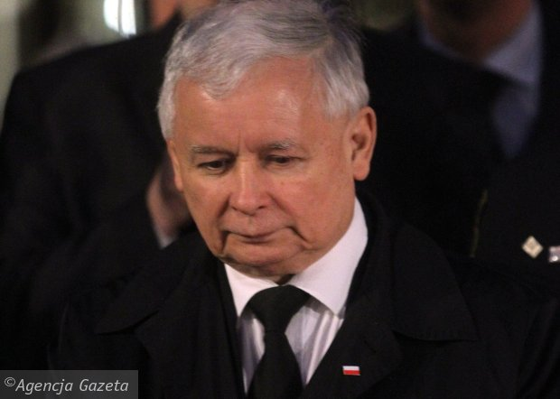 Jarosław Kaczyński wieczór wyborczy spędził przed Pałacem<br /><br /> Prezydenckim  w Warszawie, gdzie obchodził kolejną miesięcznicę<br /><br /> katastrofy smoleńskiej