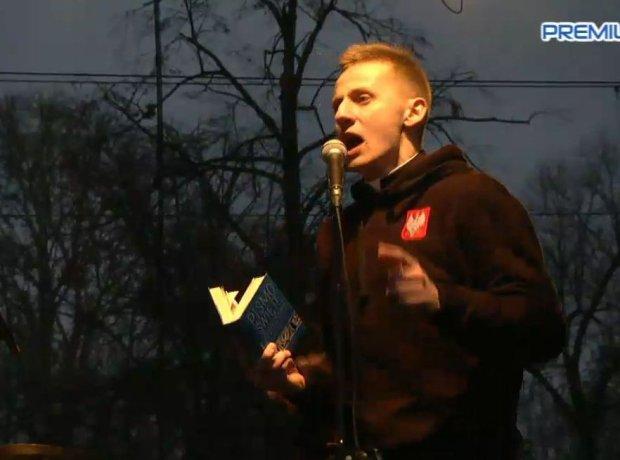 Ks. Jacek Międlar przemawia do uczestników Marszu Niepodległości w Warszawie