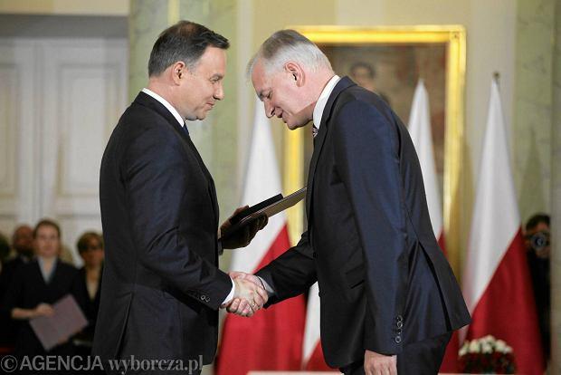 Prezydent Andrzej Duda wręcza Jarosławowi Gowinowi nominację na ministra nauki i szkolnictwa wyższego w rządzie Beaty Szydło. Pałac Prezydencki, 16 listopada