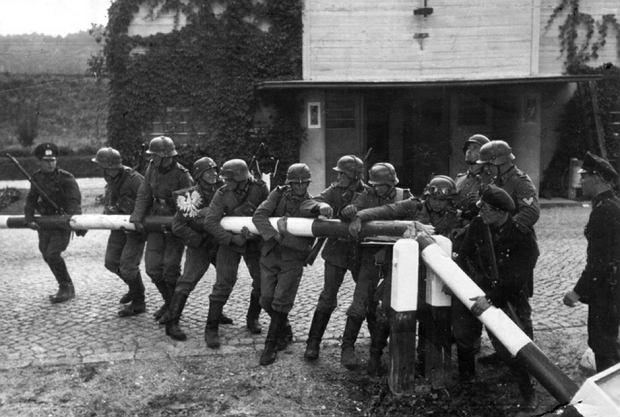 Niemcy na przejściu granicznym w Sopocie, dnia 1 IX 1939 r. (zdjęcie propagandowe wykonane 14 IX)