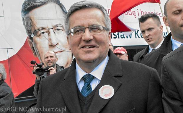Bronisław Komorowski na tle kampanijnego bronkobusu