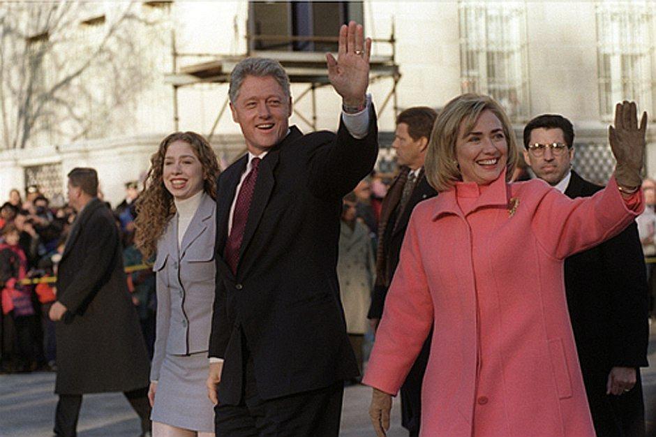 Clintonowie z córką. Rok 1997 (fot. White House / wikimedia.org / domena publiczna)