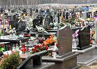 Ksiądz wjechał przez cmentarz, niepełnosprawny nie mógł