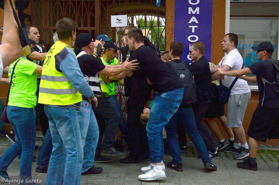 Atak Młodzieży Wszechpolskiej na KOD w Radomiu.