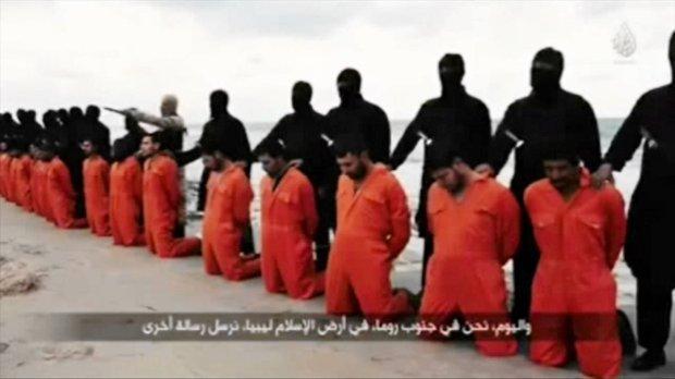 Kadr z filmu, na którym zarejestrowano egzekucję 21 Koptów