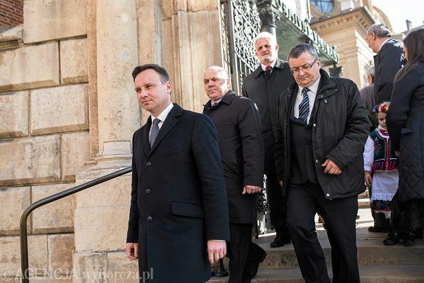 Andrzej Duda opuszcza kryptę na Wawelu po złożeniu wieńca przy grobie Lecha i Marii Kaczyńskich