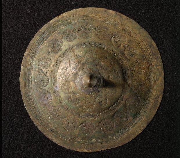 Ozdobna klamra wykonana z brązu.