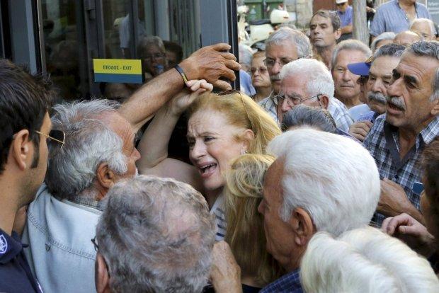 Zdenerwowana grecka emerytka<br /> w tłumie ludzi usiłujących dostać się do banku. Heraklion na Krecie, ostatni czwartek