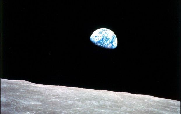 Słynne zdjęcie Ziemi wschodzącej nad powierzchnią księżyca wykonane przez załogę Apollo 8.