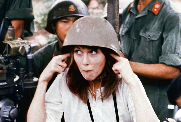 Jane Fonda w otoczeniu północnowietnamskich żołnierzy przy ich działku przeciwlotniczym. Po latach mówiła: