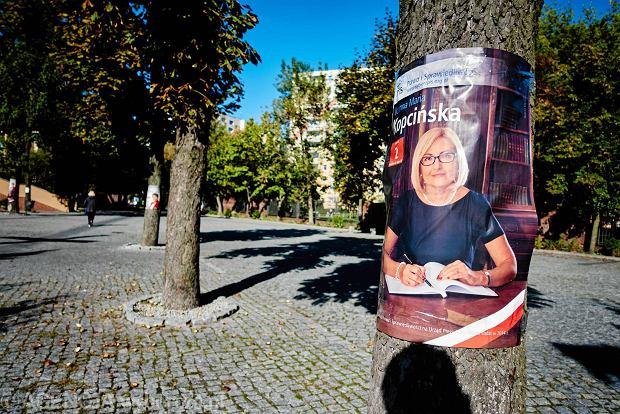 Banery z kandydatami PiS wiszą na ogrodzeniu kościoła