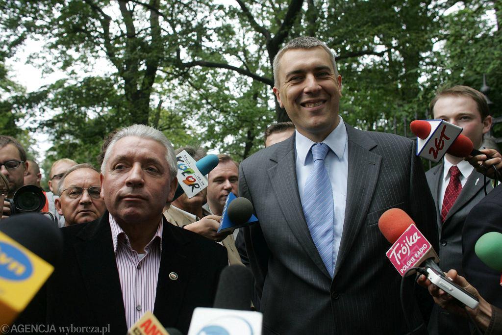 Andrzej Lepper i Roman Giertych pod kancelarią premiera, 2007 rok (fot. Robert Kowalewski / Agencja Gazeta)