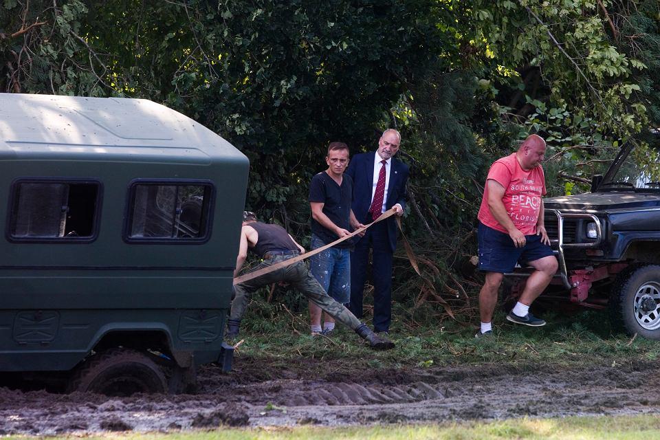 Samochód, którym jechał minister obrony narodowej Antoni Macierewicz ugrzązł w błocie