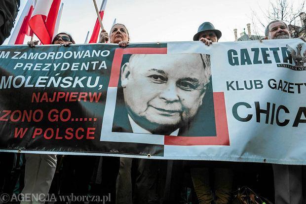 Kraków, 10 kwietnia. Uczestnicy marszu podczas obchodów piątej rocznicy katastrofy smoleńskiej