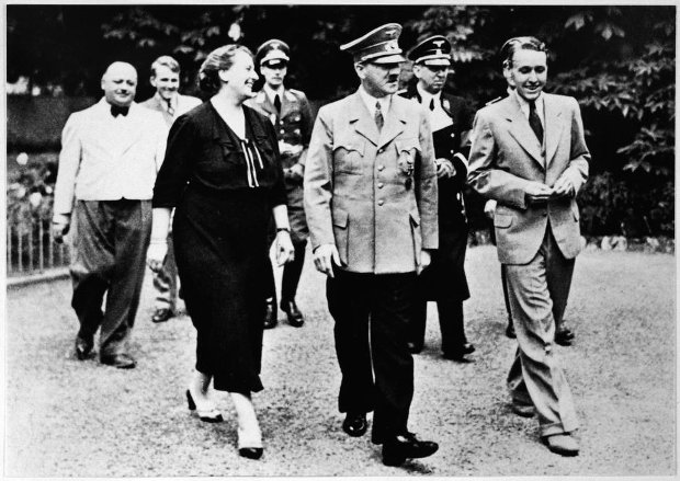 Winifred, synowa Wagnera, i jego wnuk Wieland przechadzają się po ogrodzie rodzinnej willi w Bayreuth z przyjacielem domu