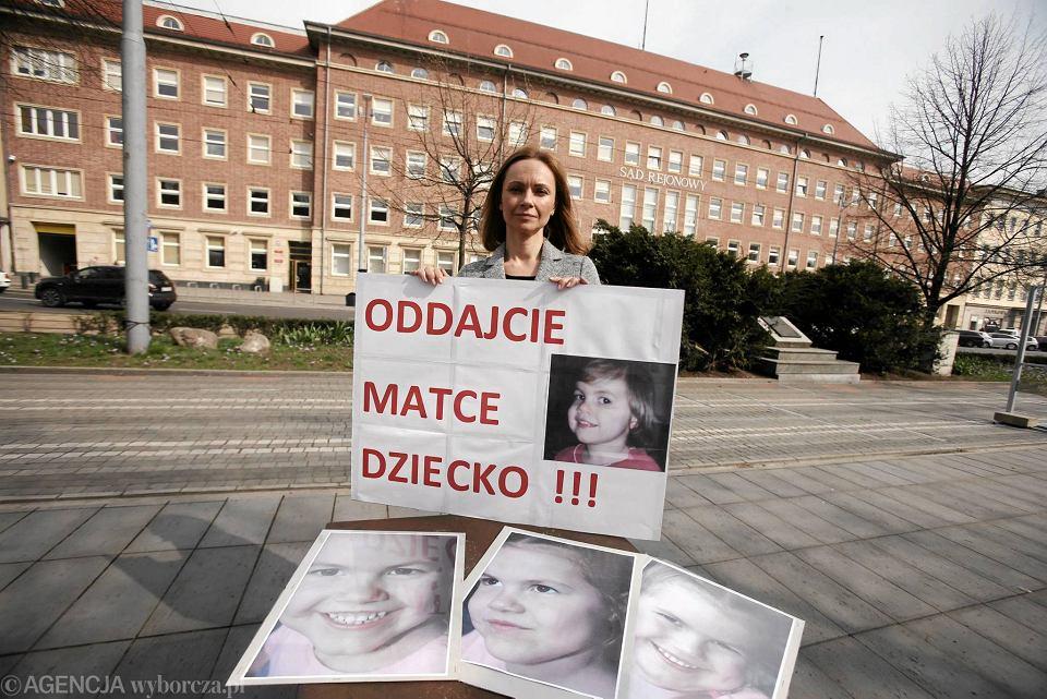 Matka Lary, Joanna, protestuje przed budynkiem sądu w Szczecinie przeciwko prawu, które odbiera jej dziecko