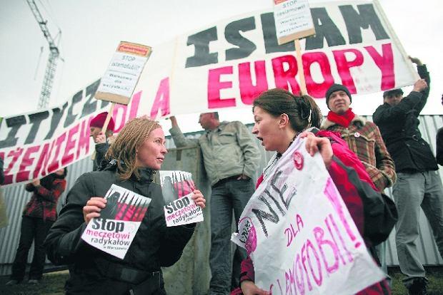 Z lewej przeciwniczka budowy meczetu, z prawej obrończyni praw muzułmanów do własnej świątyni