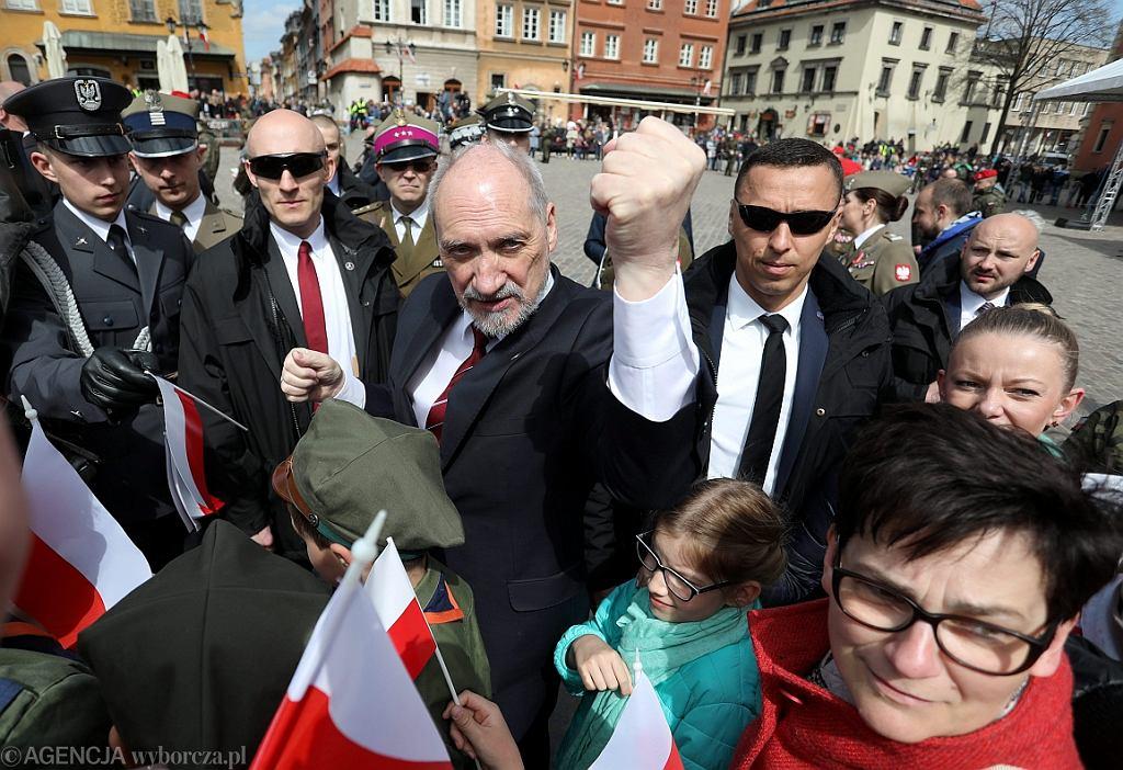 Antoni Macierewicz podczas uroczystości podniesienia flagi państwowej na Wieży Zegarowej Zamku Królewskiego (fot. Sławomir Kamiński/AG)