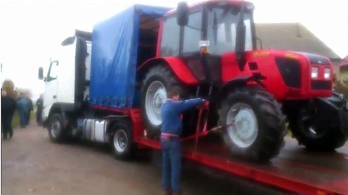 Kadr z reportażu TTV - moment zajęcia ciągnika rolnika spod Mławy przez ekipę, z którą na posesji pojawił się asesor komorniczy