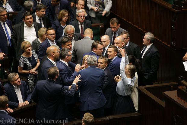 Awantura w sali plenarnej podczas przedłużającego się późno w noc 46. posiedzenia Sejmu VIII Kadencji (debata i czytanie pisowskiego projektu ustawy ograniczającej niezależność sadownictwa ). Emocje wzięły górę przed północą, po tym jak prezes PiS Jarosław Kaczyński pokrzykiwał na posłów opozycji wyzywając ich od kanalii. Warszawa 18 lipca 2017