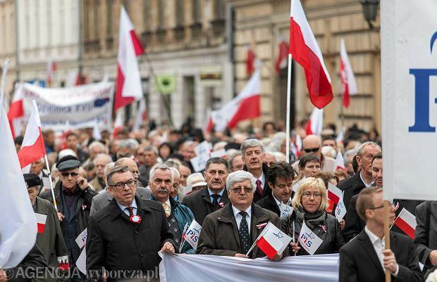 Krakowskie środowiska prawicowe zorganizowały w rocznicę uchwalenia Konstytucji 3 Maja marsz z Wawelu na pl. Matejki