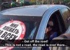 Rosja. Kierowcy notorycznie jeżdżą chodnikiem. Ale grupa młodych ludzi znalazła na nich sposób