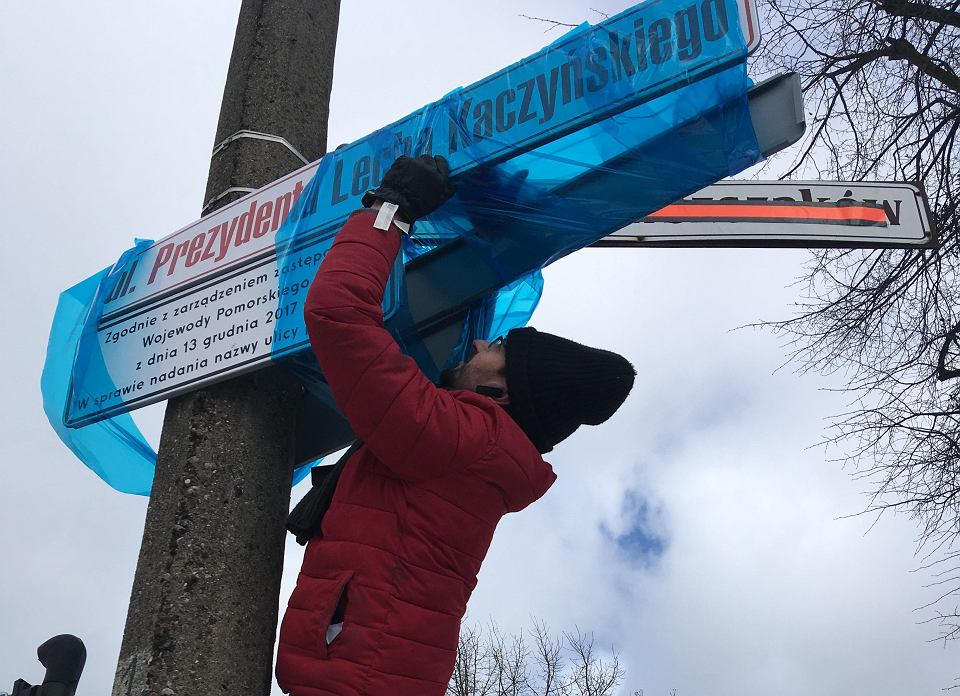 Krzysztof Adamski zasłania folią tablice z nową nazwą ulicy. Wojewoda Dariusz Drelich z PiS nazwę ulicy Dąbrowszczaków zamienił na Prezydenta Lecha Kaczyńskiego