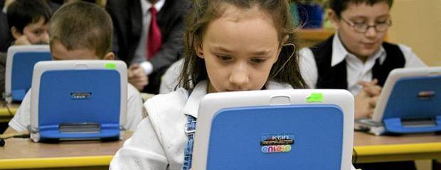 Uczniowie pracują na netbookach podczas lekcji pokazowej w Szkole Podstawowej w Przylękowie
