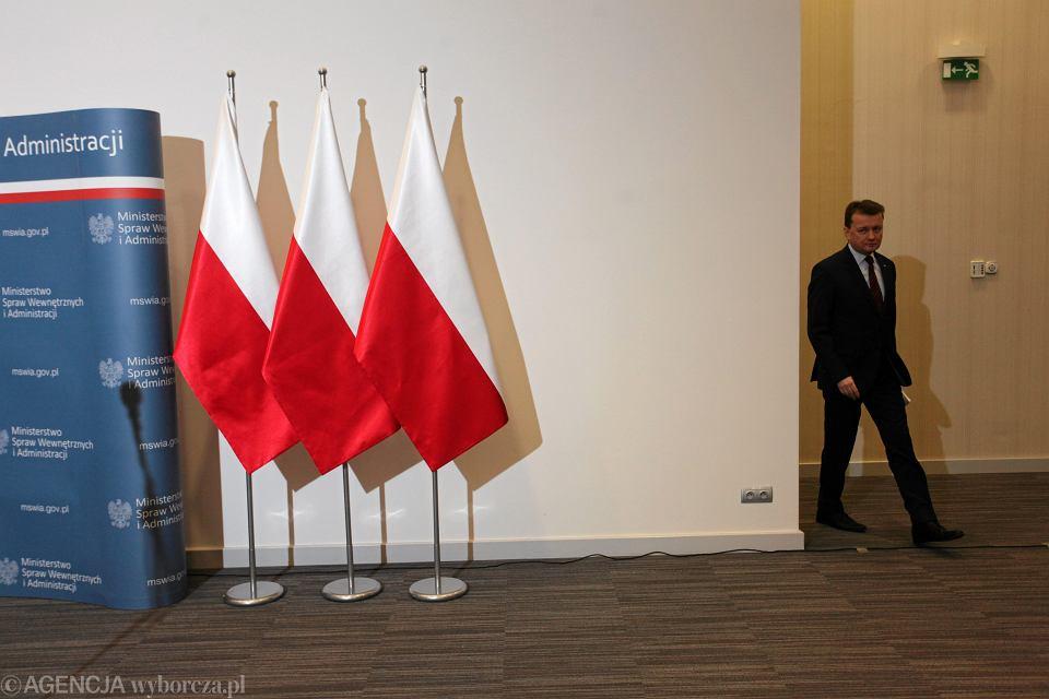 Styczeń, minister spraw wewnętrznych Mariusz Błaszczak podczas konferencji na temat zmian w ustawie o udzielaniu ochrony cudzoziemcom