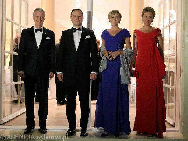 Król Belgii Filip, prezydent Andrzej Duda, Pierwsza Dama Agata Duda i królowa Matylda podczas uroczystego przyjęcia w warszawskich Łazienkach