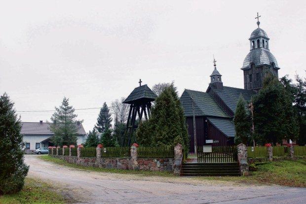 Parafia pw. św. Jadwigi Śląskiej w Stawie (Wielkopolska). Po lewej w tle wyremontowany budynek plebanii