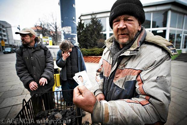 Bezdomni ogrzewają się przy koksownikku na rogu ul. Legionów i Zachodniej