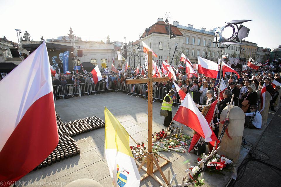 Obchody 7. rocznicy katastrofy smoleńskiej przed Pałacem Prezydenckim